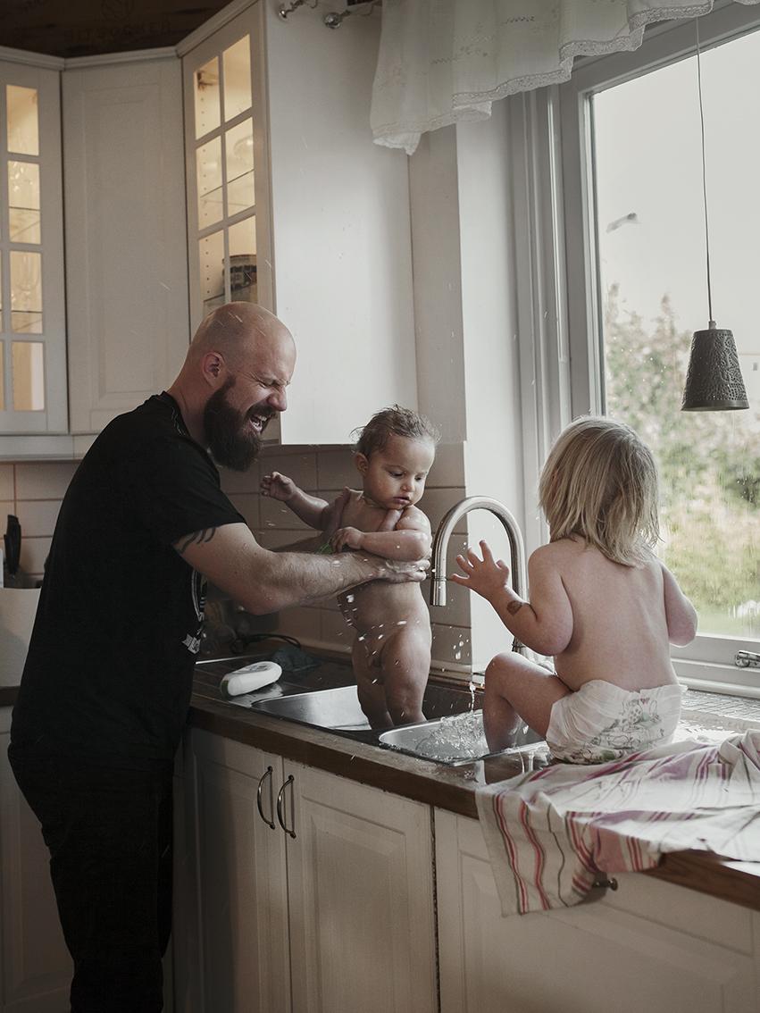 Андреас Бергстрем, 39 лет. В отпуске по уходу за детьми Андреас находится уже больше года. Сначала о