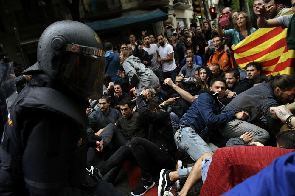 12. Стрельба по каталонцам резиновыми пулями, Барселона, 1 октября 2017. (Фото Emilio Morenatti):