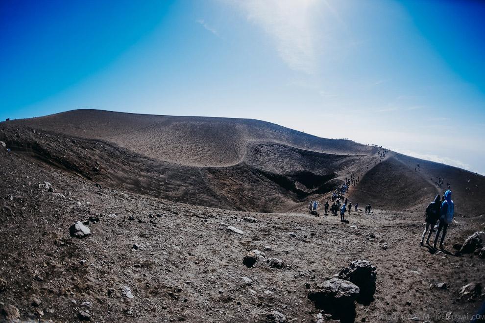 28. Сейчас на Этне около 400 различных кратеров. В среднем раз в три месяца то из одного, то из друг