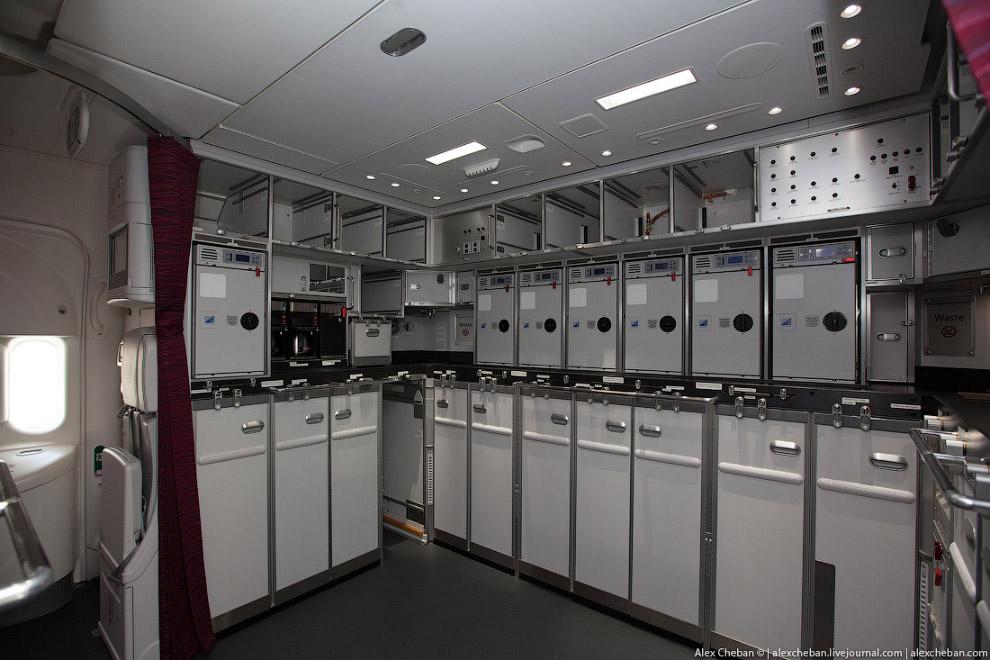 22. Сзади очень просторная кухня. Общаясь с бортпроводниками часто слышу мнение о том, что Боинги оч