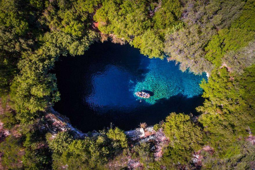 Исследуя пещеру в озере Мелиссани, греческий остров Кефалиния. Автор фото: Calin Stan.