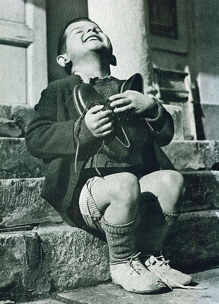 30. Австрийский мальчик только что получил в подарок новые туфли. Снимок сделан во время Второй миро