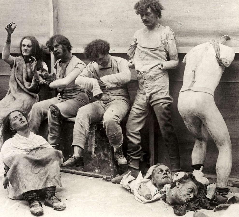 35. Расплавленные и поврежденные фигуры после пожара в Музее мадам Тюссо в Лондоне, 1930 год.
