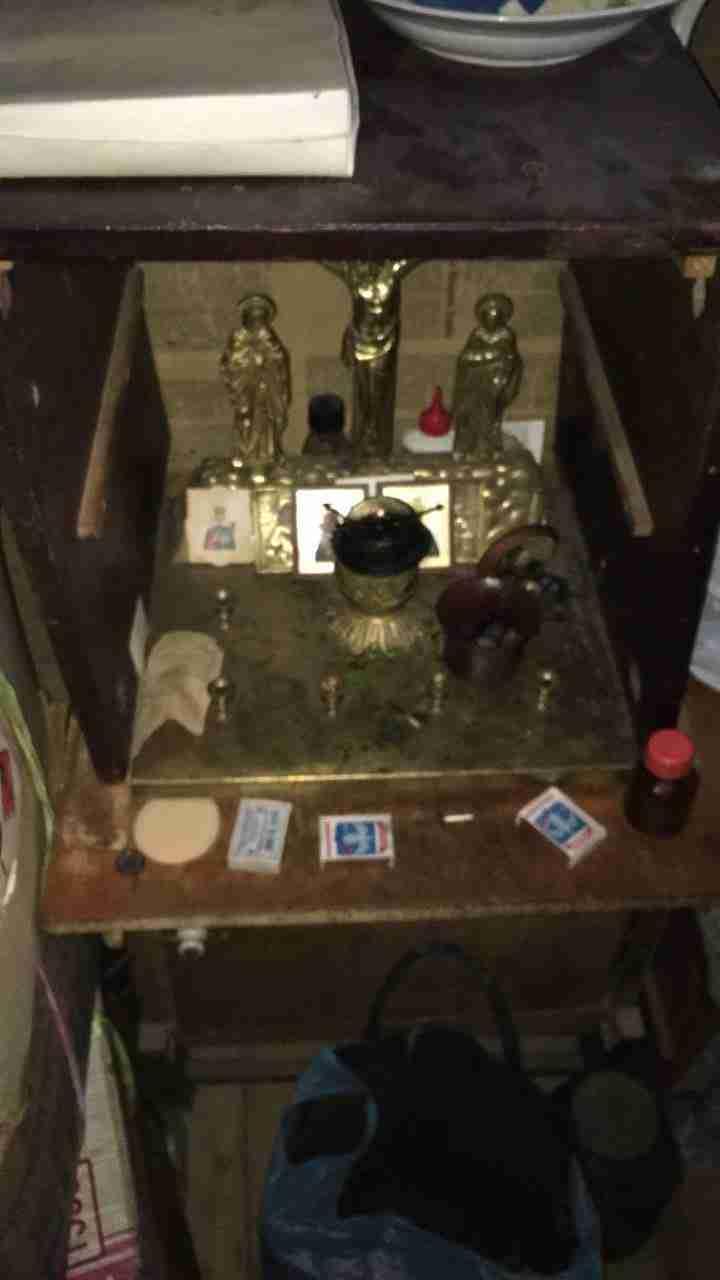 Обезумевшая бабка 10 лет жила с мертвыми родственниками (2 фото)
