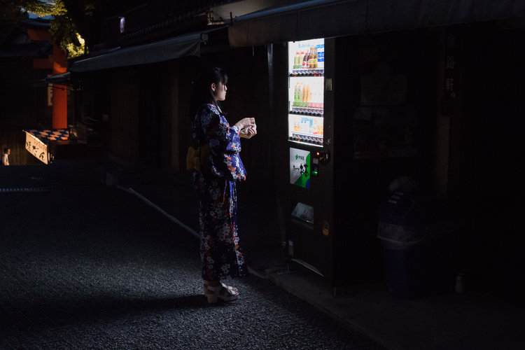 Stunning Portrait about Loneliness in Japan (15 pics)