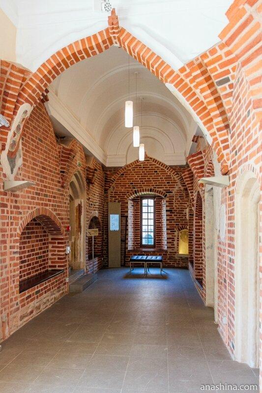 Галерея при входе в Главный зал Владычной палаты, Владычная палата, Великий Новгород