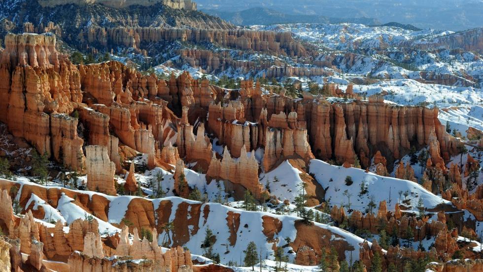 Национальный парк Брайс-Каньо́н Bryce Canyon National Park — национальный парк в США, расположенный на юго-западе штата Юта. Площадь парка — 145 км². Основной достопримечательностью парка является каньон Брайс (англ. Bryce Canyon). Несмотря на название, это не совсем каньон, а скорее гигантский природный амфитеатр вдоль восточной стороны плато Паунтсаугант, созданный эрозией. Брайс-Каньон примечателен своими уникальными геологическими структурами, называемыми худу и образованными эрозией речных и озерных отложений в результате воздействием ветра, воды и льда. Красные, оранжевые и белые цвета горных пород представляют захватывающее зрелище, особенно на восходе или закате солнца.