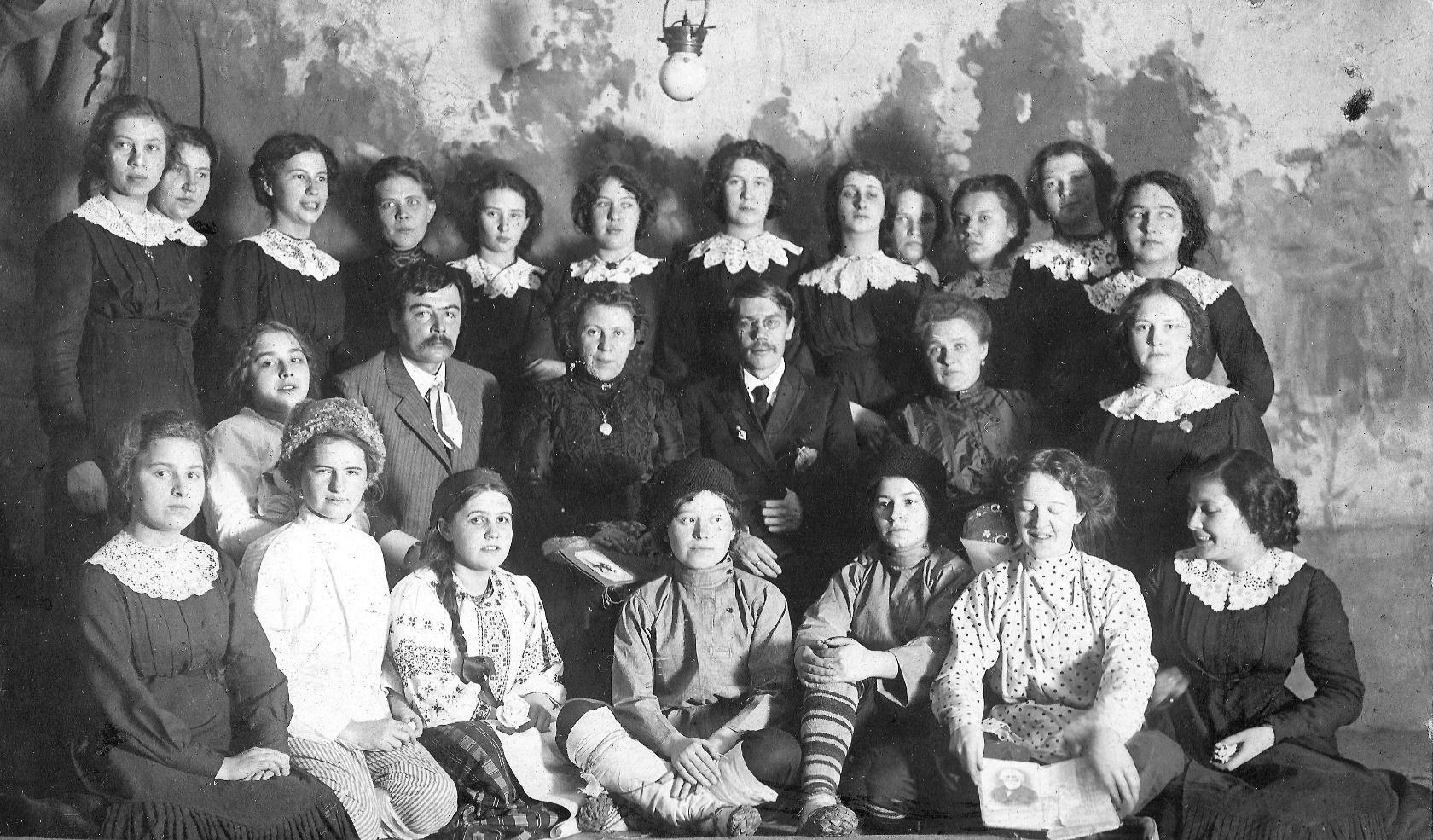 1910. Женская гимназия в Симбирске.  Евдокия Хованская третья слева в нижнем ряду