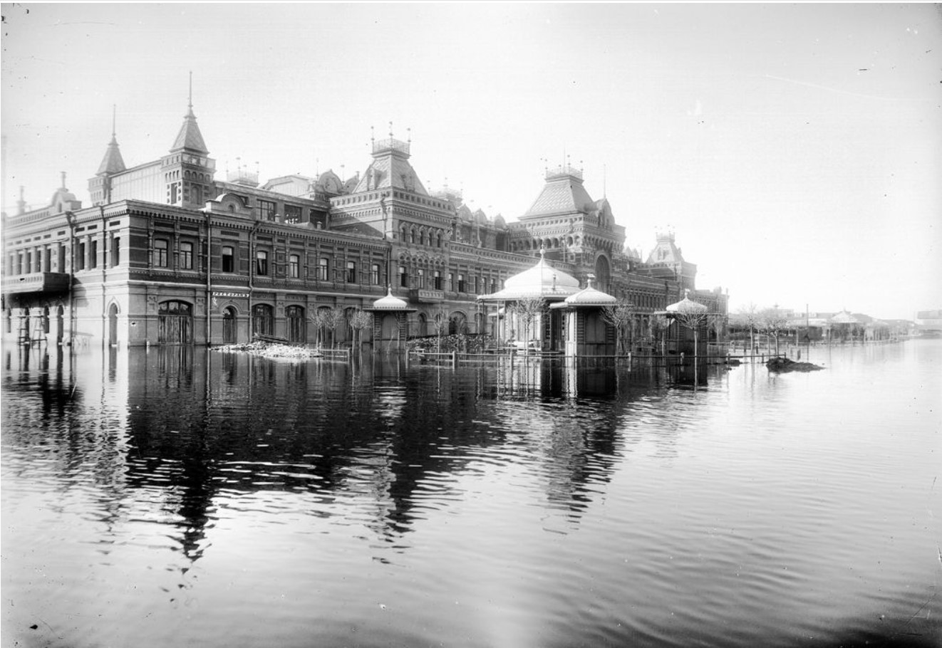 Вид на главный дом нижегородской Ярмарки во время половодья. 30 апреля 1899