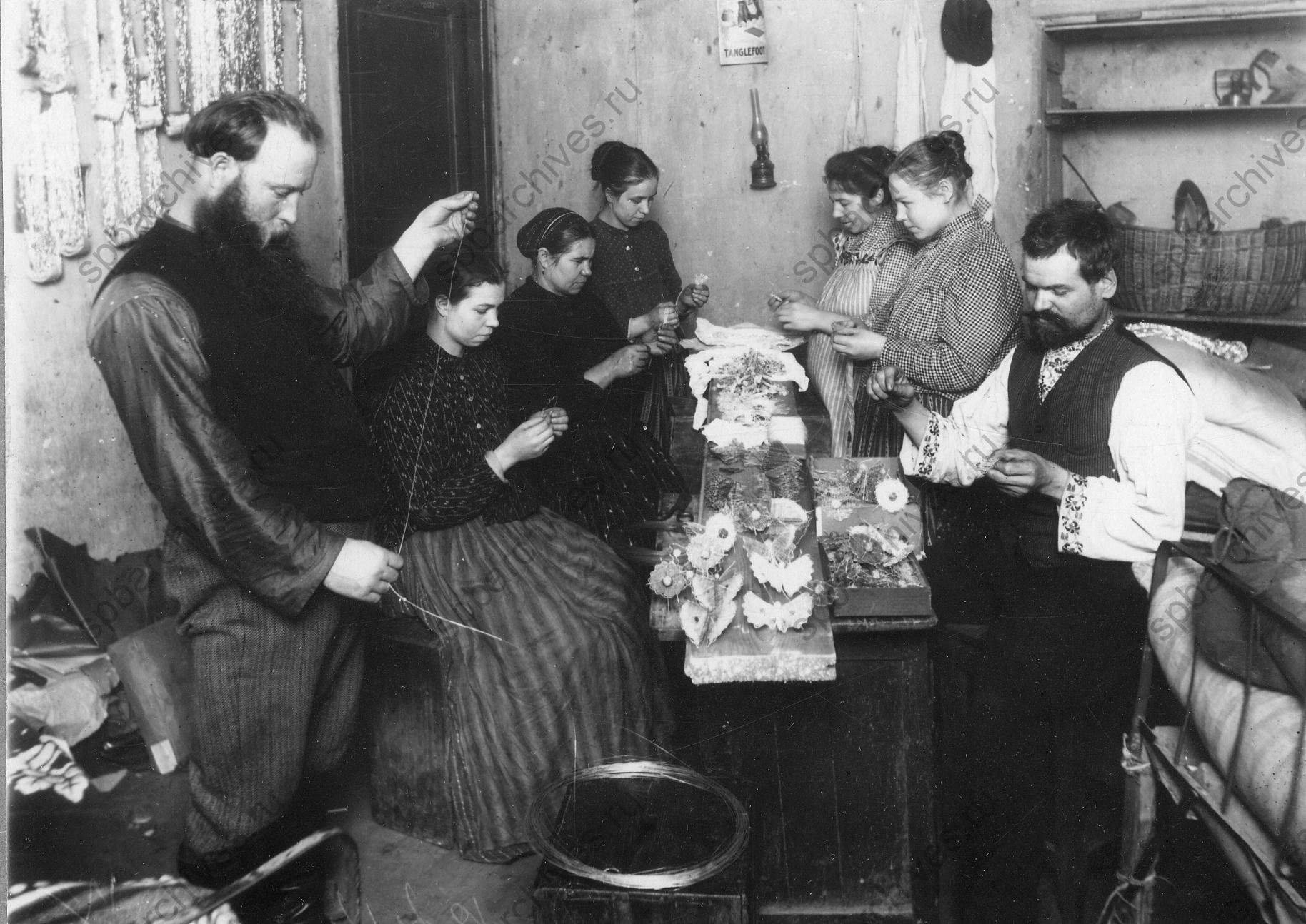1913. Изготовление елочных украшений в мастерской по производству елочных украшений