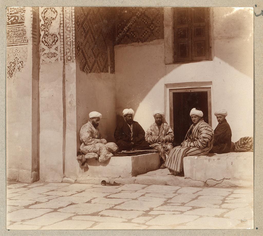Группа студентов во дворе медресе Шир-Дор