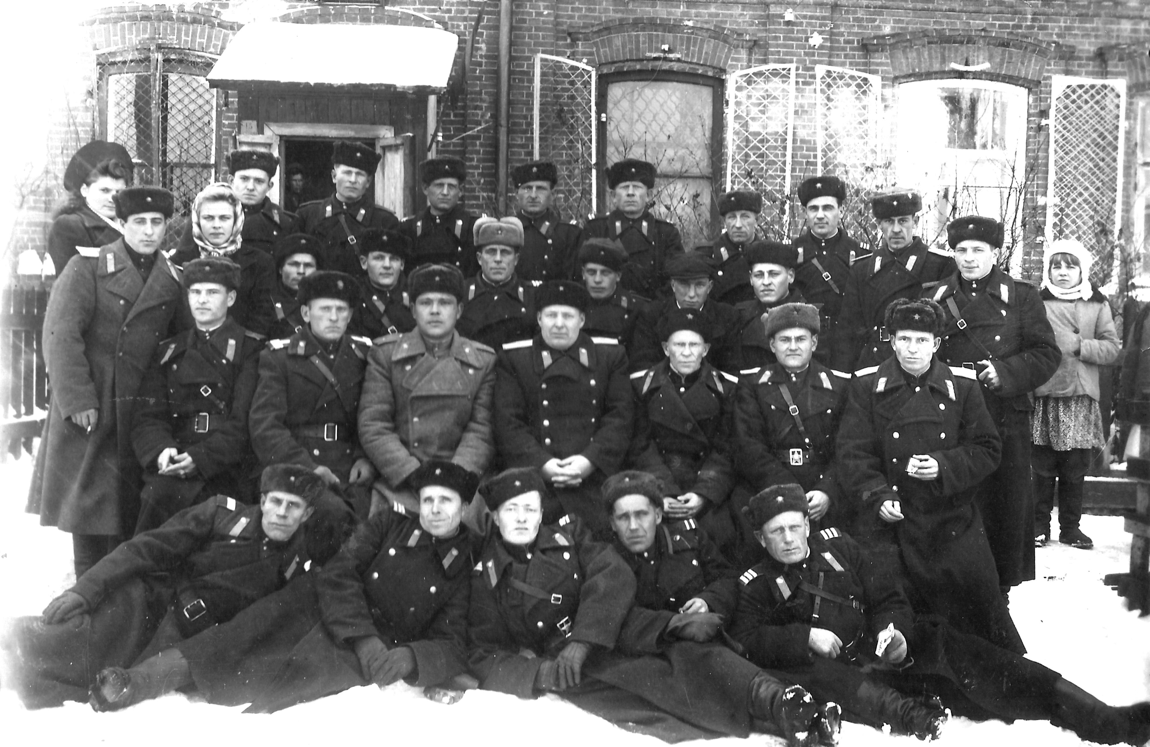1950-е. Сотрудники Тарской милиции возле райотдела