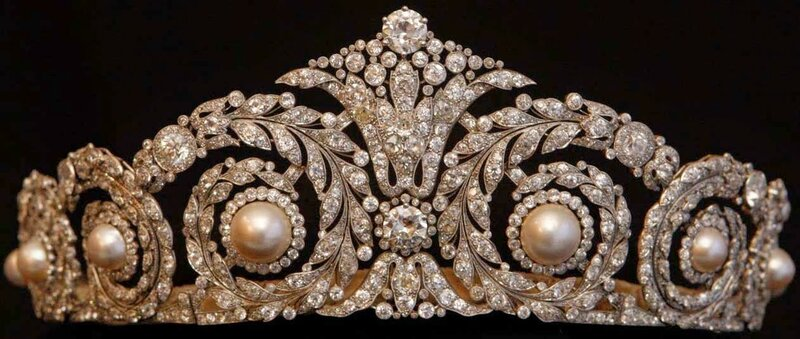 Diamond and Pearl Tiara (1920) by Cartier for Queen Victoria Eugenie 2.JPG