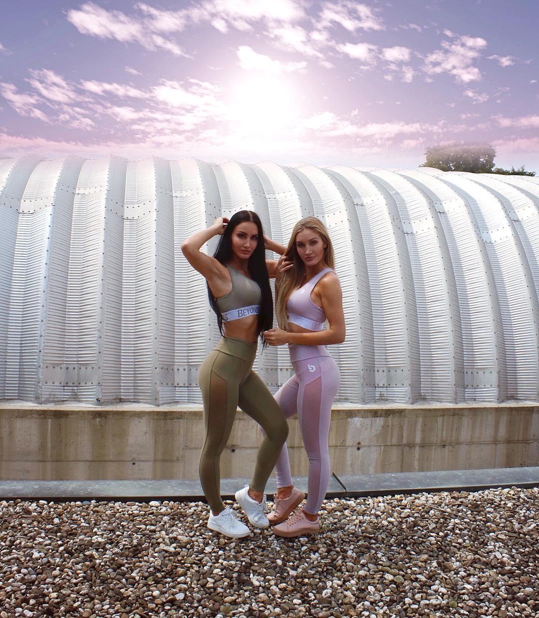 С помощью откровенных фото в Instagram близняшки оплатили университет