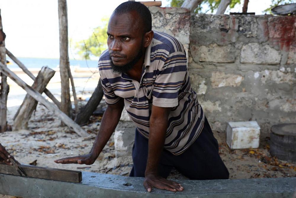 Кенийские мастера делают лодки из пластиковых отходов