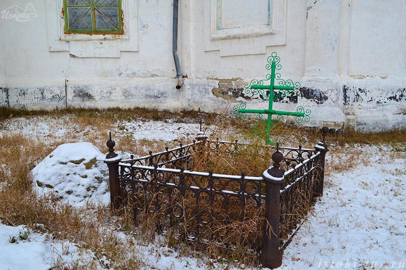 могила_в_церковной_ограде_mogila_v_cerkovnoj_ograde