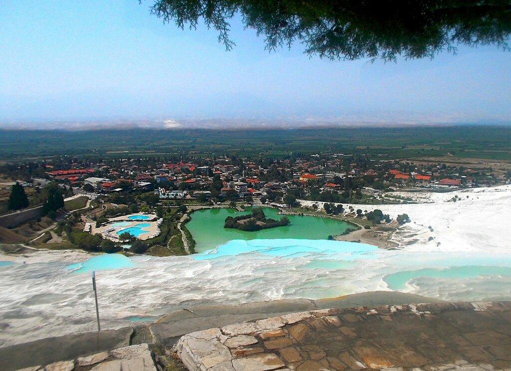 Вид с террасы на озеро и курорт