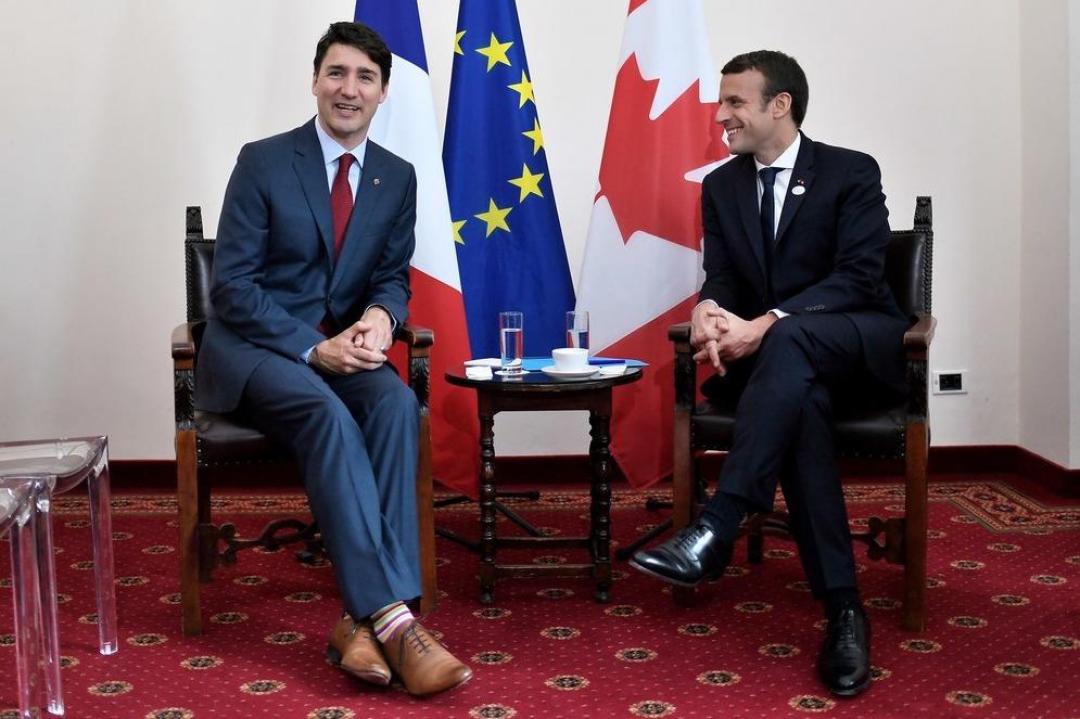 Разноцветные полоски на встрече с президентом Франции Эммануэлем Макроном во время саммита «Большой