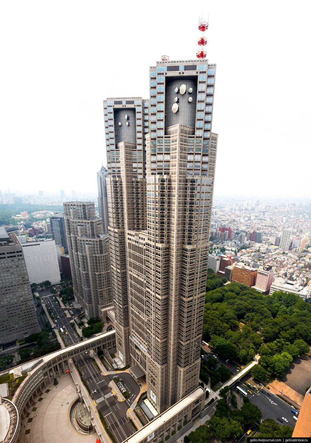 21. В башнях-близнецах главного здания мэрии на высоте 200 метров работают бесплатные смотровые площ
