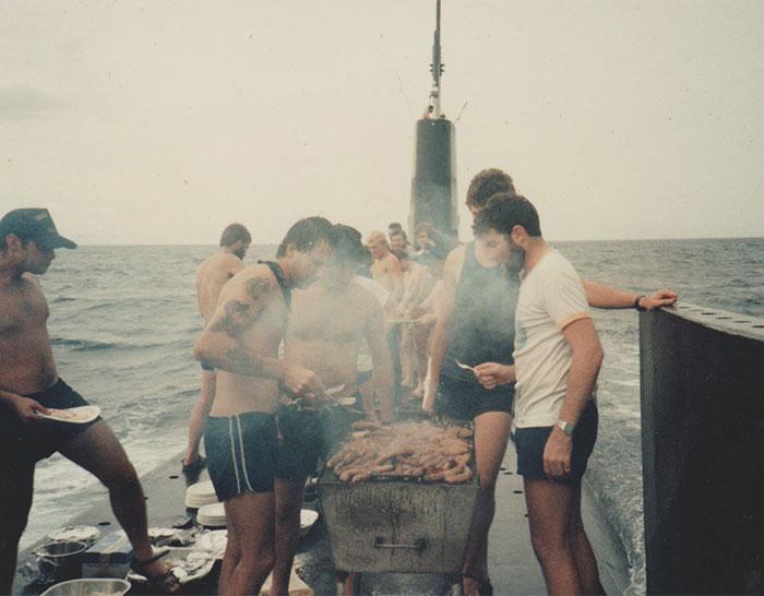 «Я нашел фотографию своего отца, который готовит барбекю на крыше подводной лодки».