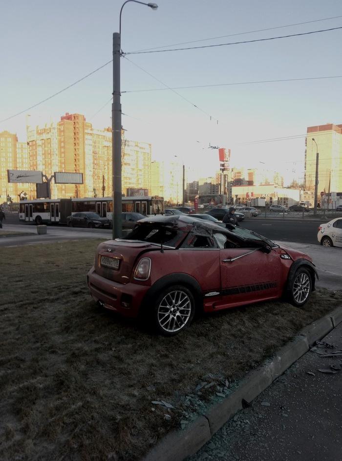 В Санкт-Петербурге сотрудники автомойки угнали и разбили автомобили клиентов (4 фото)