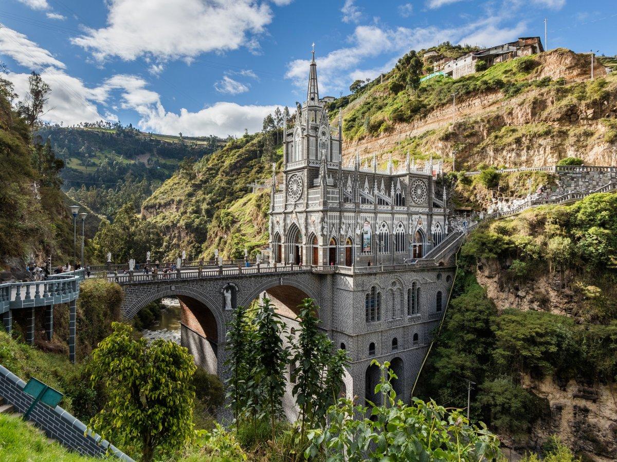 Церковь Лас-Лахас в Нариньо, Колумбия. Здание как будто парит в воздухе, нарушая законы природы. Баз