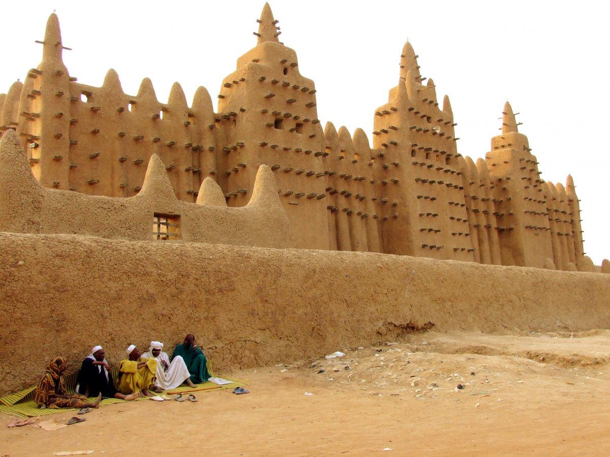 Великая мечеть Дженне в Мали — самое большое глинисто-наносное сооружение в мире (построена из пресс