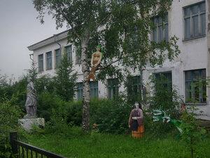 Город КемьПамятник А.С. Пушкину установлен на территории школы №1 (СОШ №1). Школа по-своему оформила окружающее пространство памятника, украсив его фигурами литературных героев писателя.