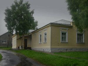 Город КемьПервое гражданское каменное здание в Кеми, построенное в 1763 г. на Лепострове, - здание бывшего Соловецкого казначейства. Сейчас в нем находится историко-краеведческий музей поморской культуры \