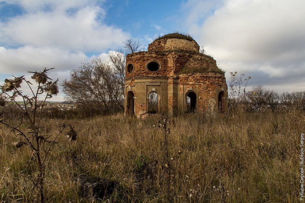 Небольшой заброшенных храм в Камынино