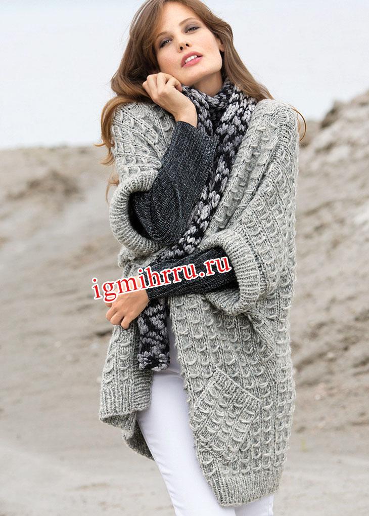 Свободный светло-серый жилет и леопардовый шарф. Вязание спицами