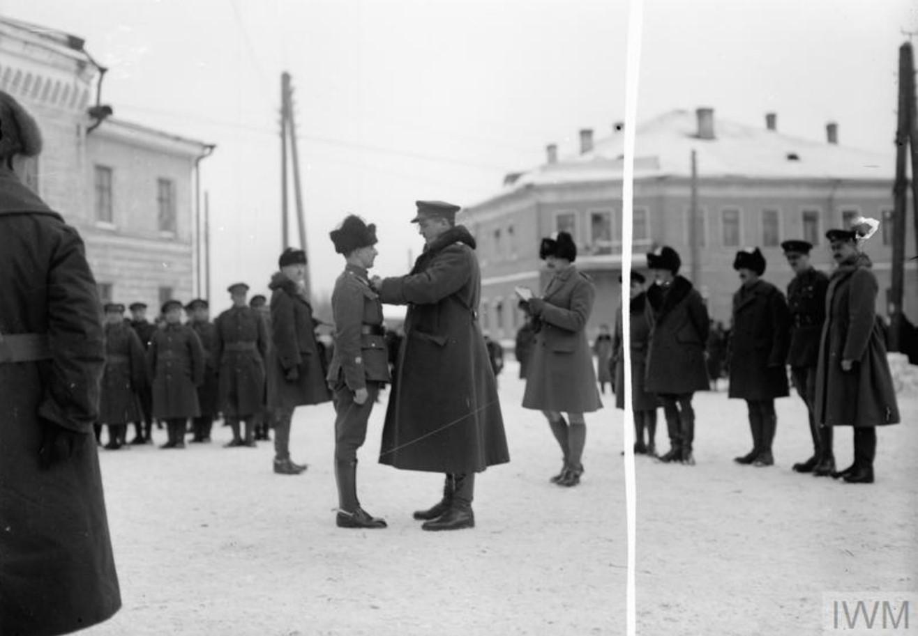 Бригадный генерал Эдмунд Айронсайд,  главнокомандующий войсками Антанты в Архангельске, вручает медали.1919
