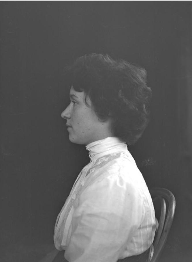 Портрет в профиль Л.Д. Зевеке (первой жены В.А. Зевеке)