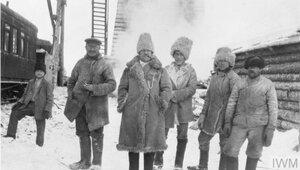 Русские рабочие в своем традиционном зимнем снаряжении