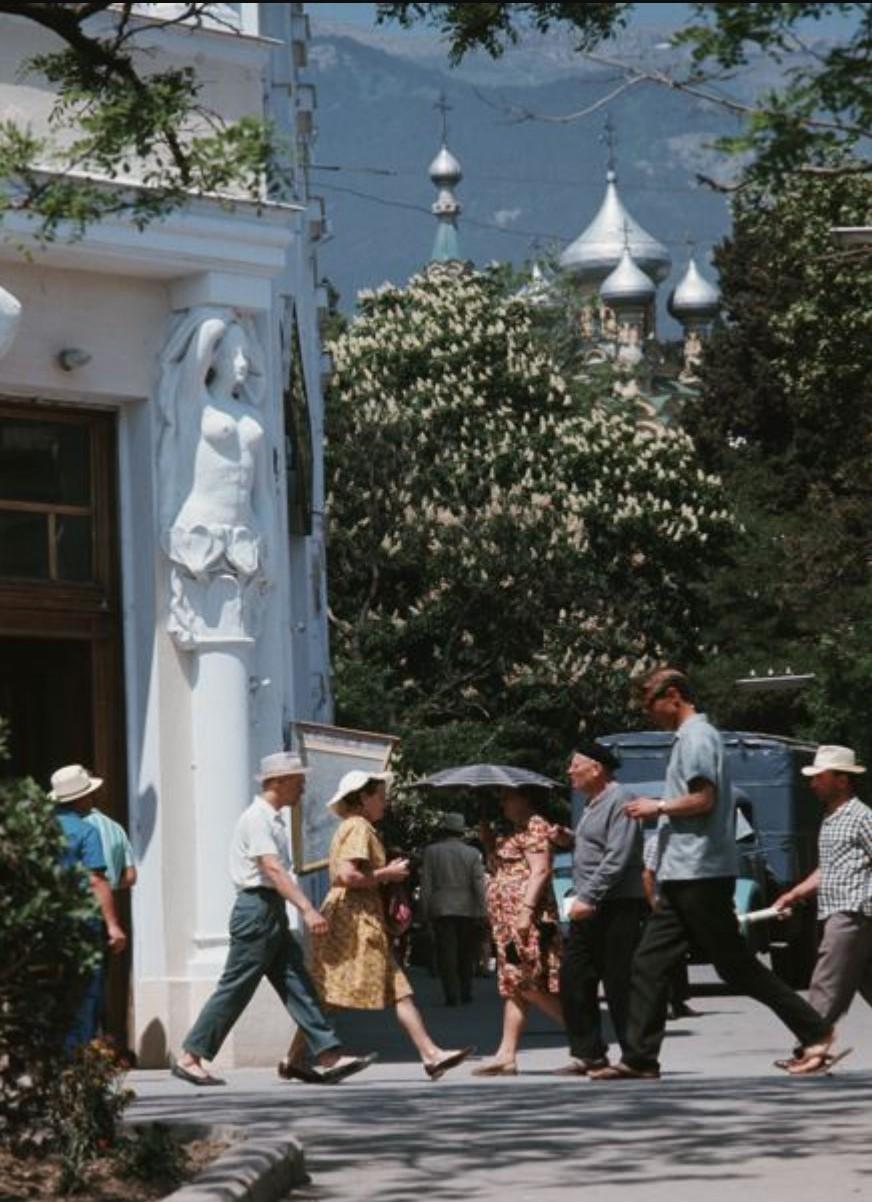 На заднем плане купола Александро-Невского собора