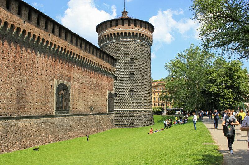 Башня и стены замка Сфорца