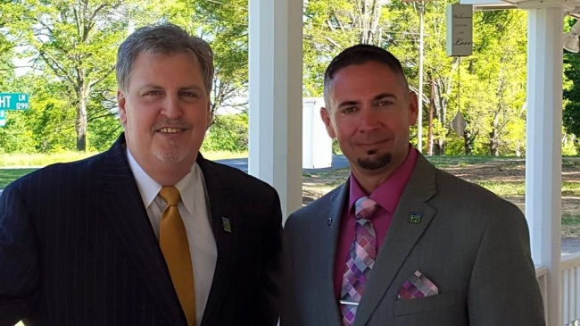 © Tim B Jones  Нафото: слева— Дон Герберт, справа— Тим Джонс. Жизнь семьи Герберт напротяж