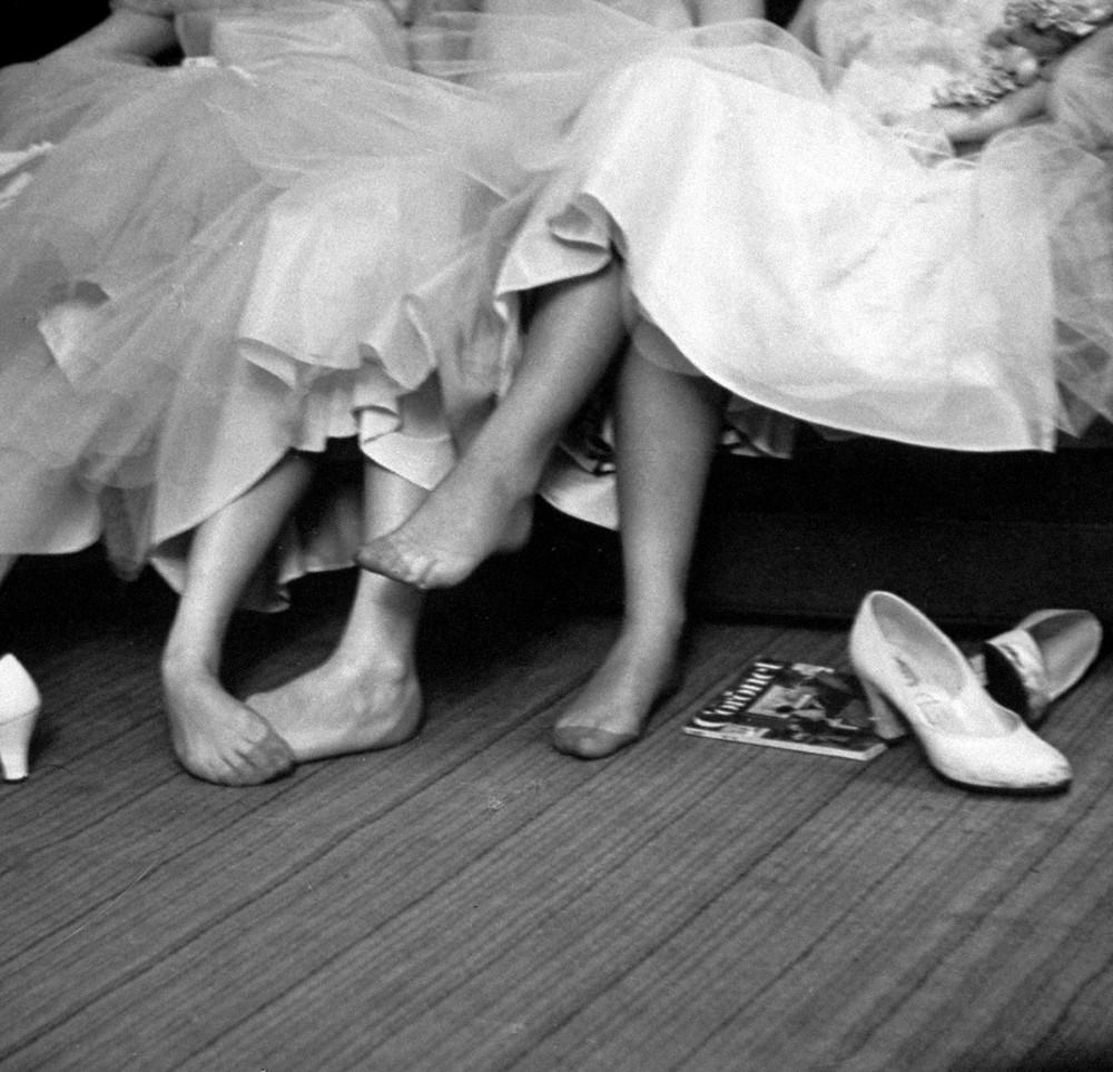 15. Девочки-подростки отдыхают во время бала. 1954 год. (Cornell Capa—The LIFE Picture Collection /
