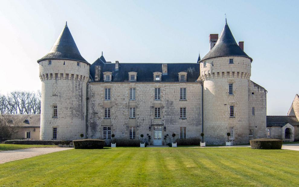 25. В замке Chateau de Marcay живет призрак молодой женщины в белом саване. По легенде, при жиз