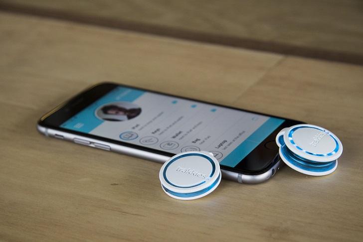 Скачав специальную программу — Trakkies, пользователь также может прикрепить устройство на свой смар
