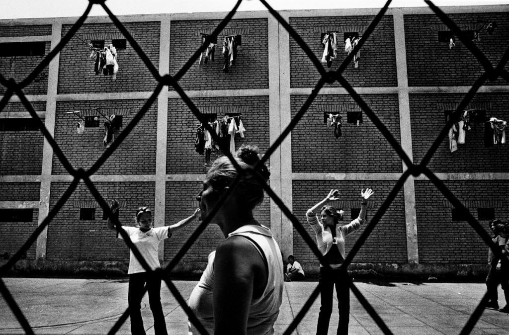 Биспури видел мужчин, которые боролись на ножах, а затем вместе играли в футбол, и женщин-заключенны