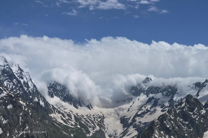 2. Гора Белала-Кая — справа. Чуть левее центра — гора Суфруджу (маленький горбик с клыком).