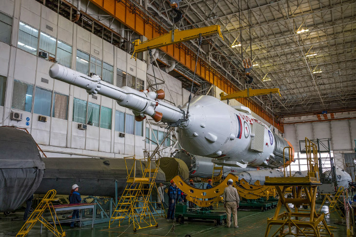 2. Её вывозят из монтажно-испытательного комплекса по направлению к стартовой площадке. Казахстан, Б