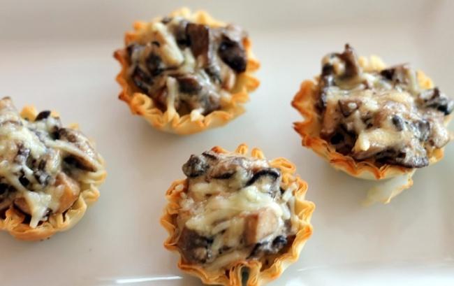7. Тарталетки с курицей и грибами Вам понадобятся: 500 г куриного филе 400 г шампиньонов 300 г любим
