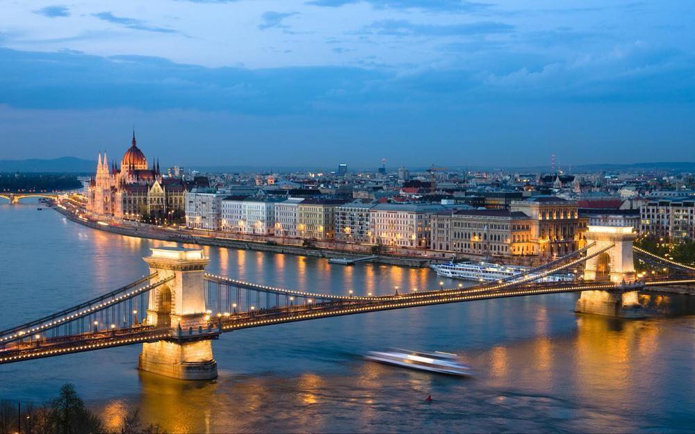 13. Будапешт, Венгрия . Обнимающий реку Дунай с холмами Буда на западе и Великими равнинами на восто