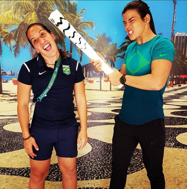 Бразильская регбистка Жулиана Эстевеш с коллегой по команде Карлой Барбоза дурачатся.