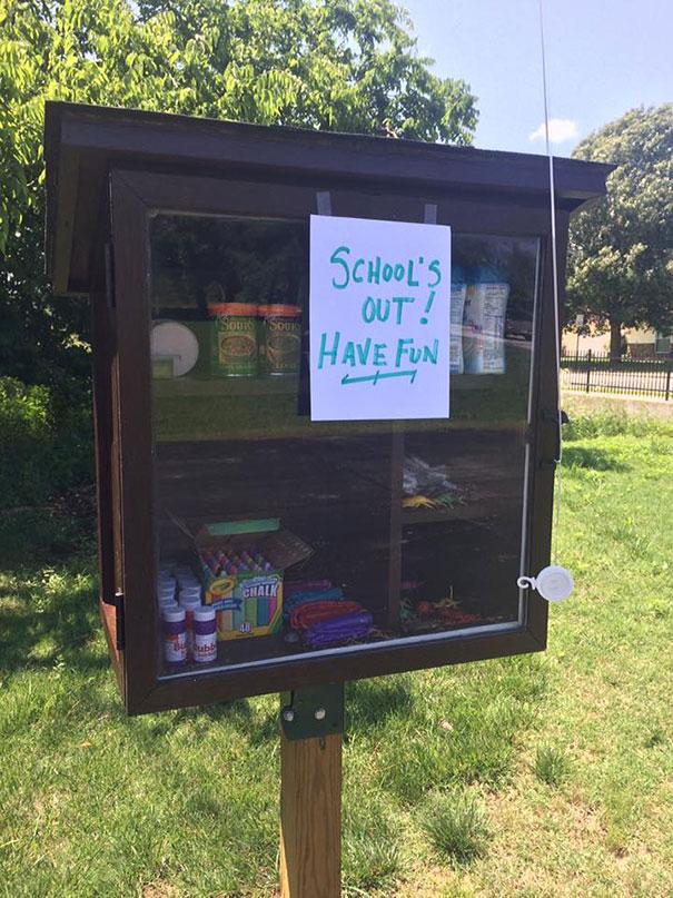 Каждый желающий может поддержать проект The Little Free Pantry двумя способами — либо положить что-т