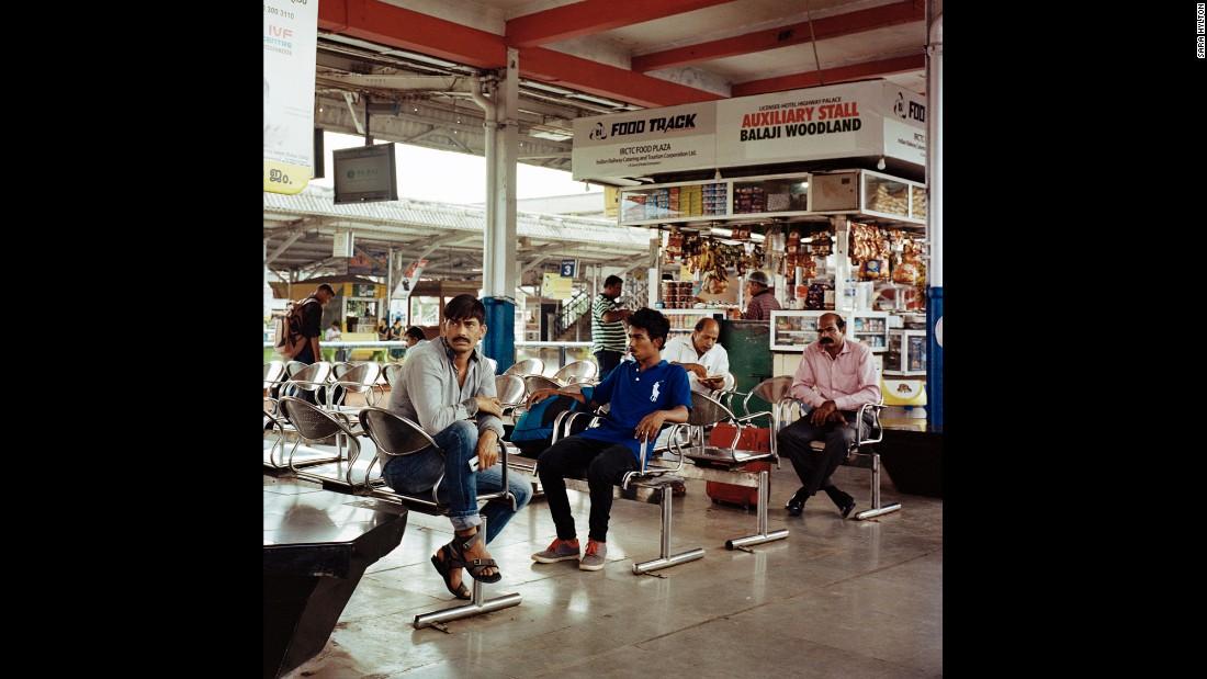 Пассажиры в зале ожидания на станции Шоранер Джанкшен, узловой станции в штате Керала, где сходятся