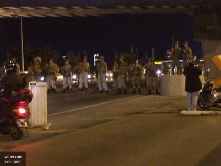 Молодых военных, сдавшихся мятежникам, высекли наБосфорском мосту