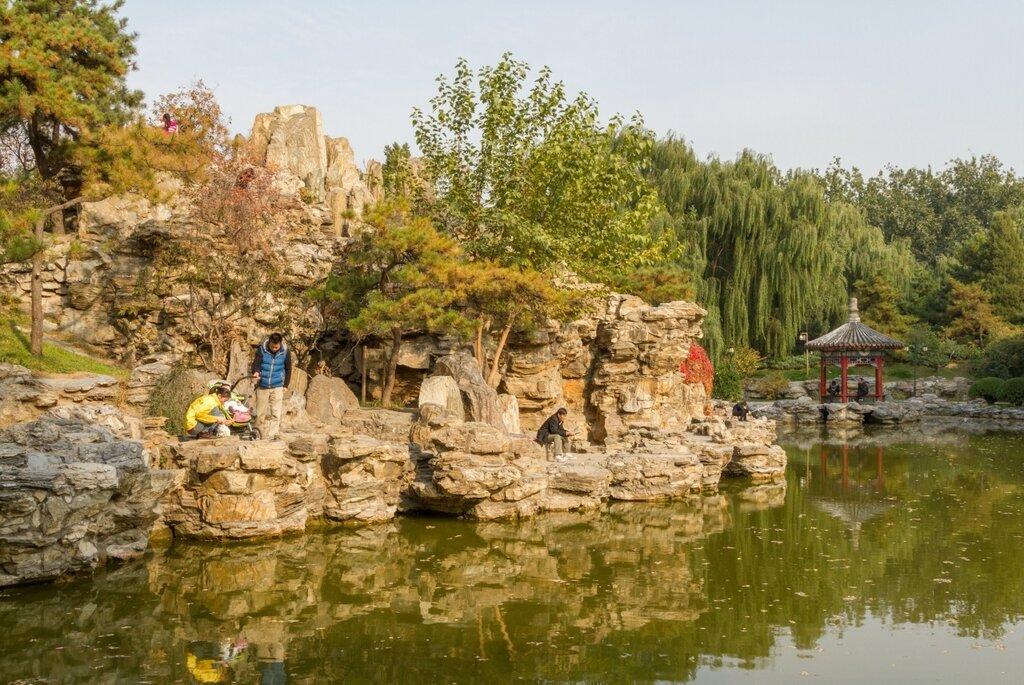 Лотосовый пруд с беседкой и рукотворной скалой, Алтарь Солнца, Житань, Пекин